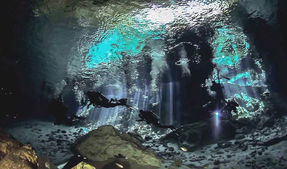 Bucea en la agua de Cenote Dos Ojos